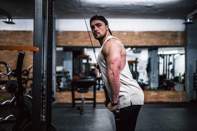 exercice isolation échauffement triceps pushdown